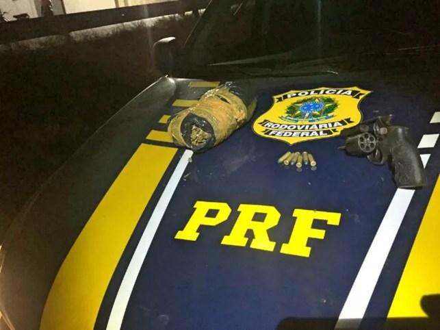 Material apreendido dentro de carro roubado — Foto: Polícia Rodoviária Federal/Divulgação