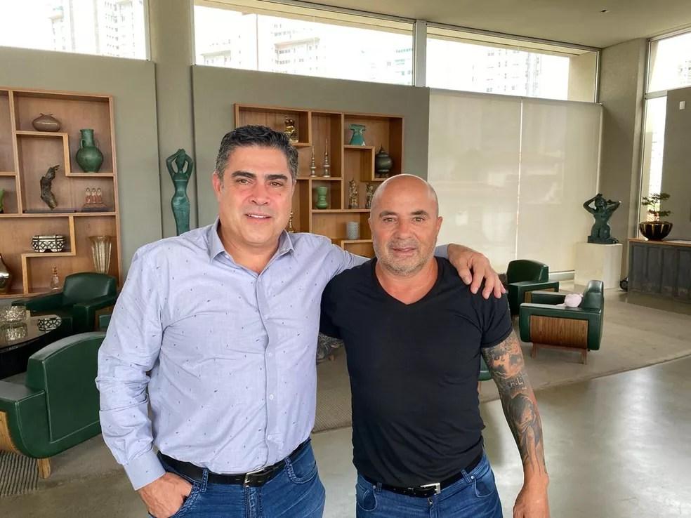 Sérgio Sette Câmara e Jorge Sampaoli no dia do acerto do técnico com o Atlético — Foto: Divulgação