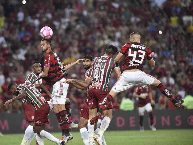 Léo Duarte ganha de Ibañez pelo alto e marca o segundo do Flamengo sobre o Fluminense: zagueiro valorizado no clube — Foto: André Durão