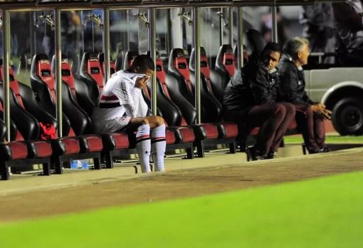 Brenner chora no banco de reservas ao ser substituído por Aguirre na vitória sobre o Paraná — Foto: Marcos Ribolli