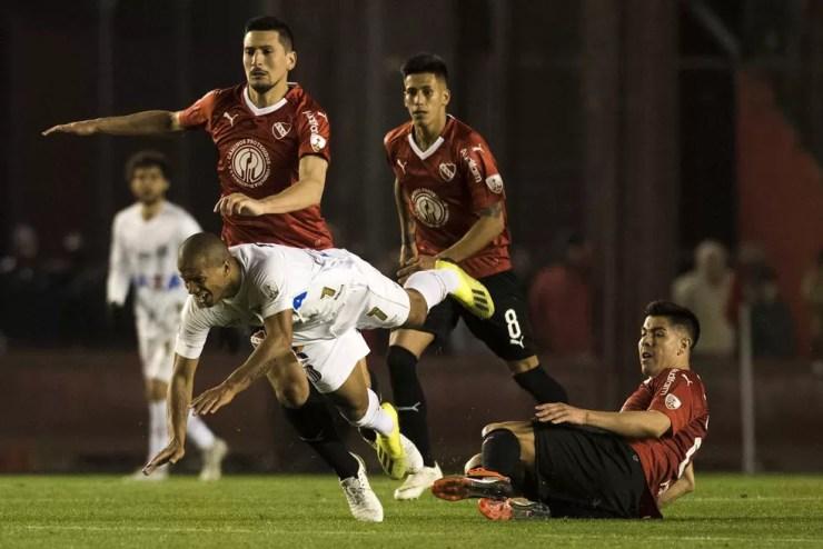Sánchez é cercado por jogadores do Independiente, na terça-feira (Foto: Ivan Storti/Santos FC)