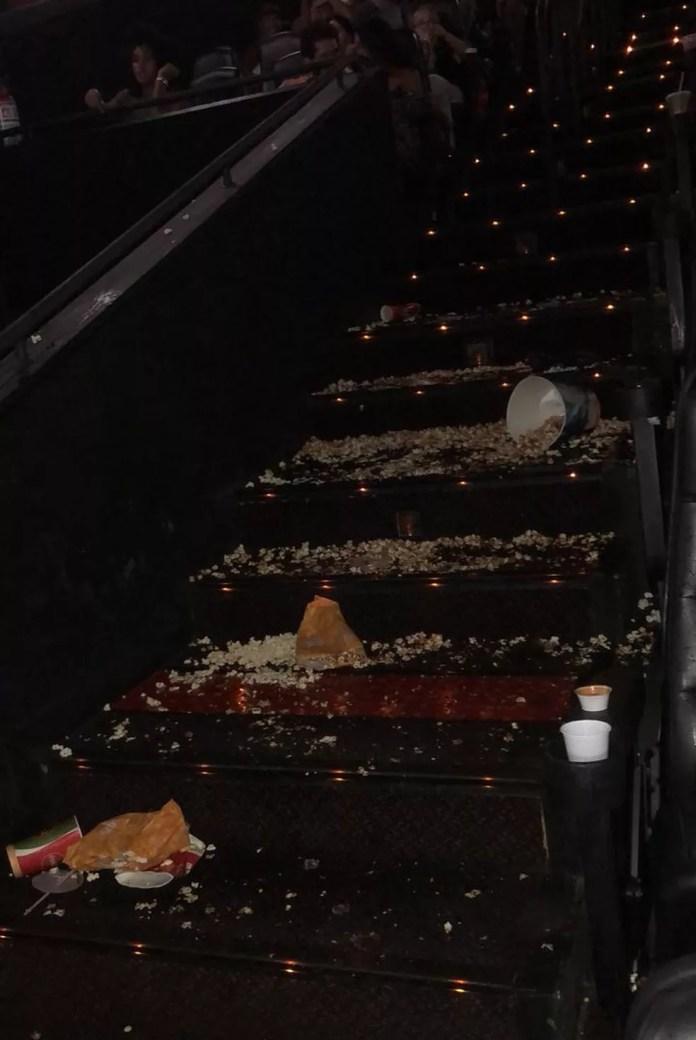 Escada da sala de cinema suja de pipoca após confusão em Vitória (Foto: Aline Souza/Arquivo Pessoal)
