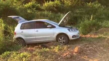 Horas após o assalto, o carro dos padres foi encontrado em uma estrada no município de Itambé, na Mata Norte de Pernambuco (Foto: Reprodução/TV Globo)