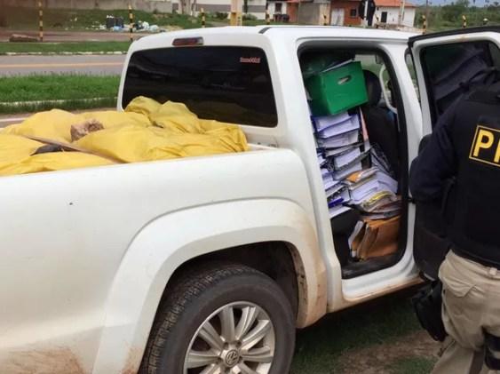 PRF apreende veículo com bens e documentos de prefeitura de Nova Olinda