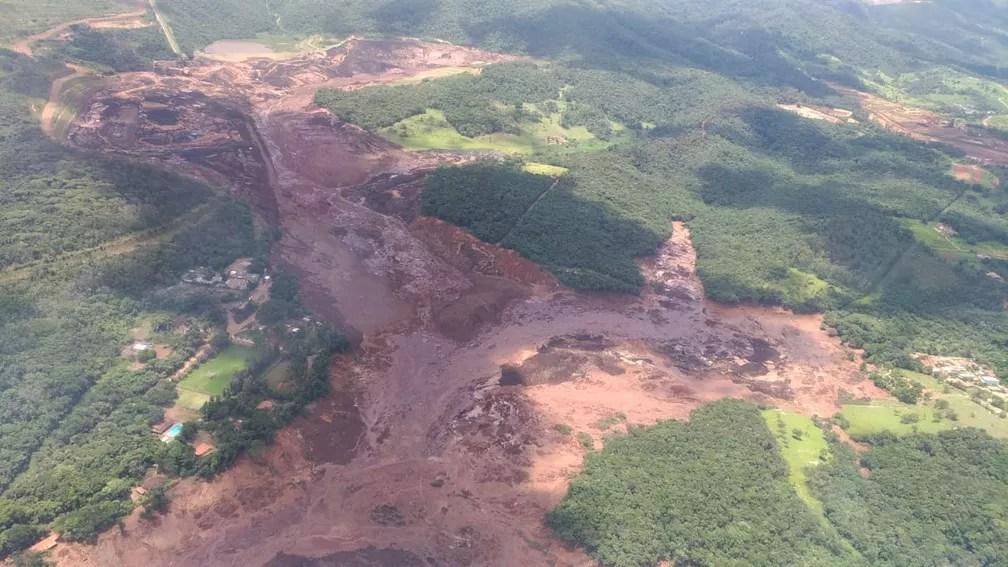 Imagem mostra lama de rompimento de barragem em MG — Foto: Corpo de Bombeiros/ Divulgação