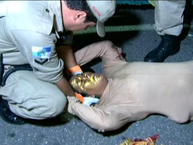 Bombeiros socorrem destaque do Carro das Flores, que caiu ao tentar descer, já na dispersão (Foto: Reprodução / TV Globo)