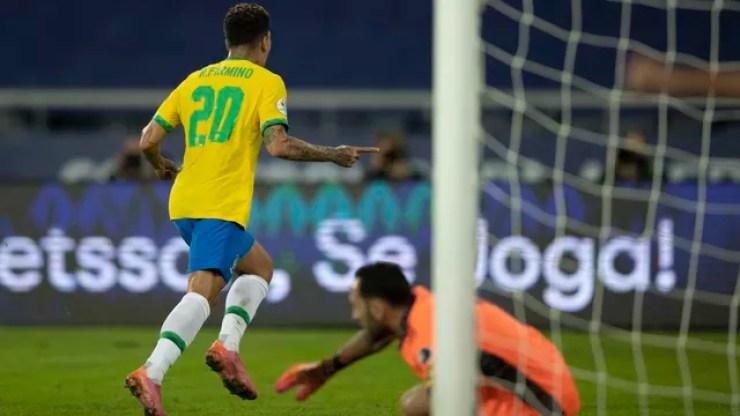 Roberto Firmino comemora gol da seleção brasileira sobre a Colômbia