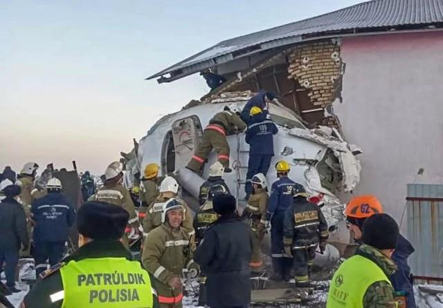 Equipes de resgate tentam localizar sobreviventes na queda do avião no Cazaquistão — Foto: HO / Kazakhstan's emergencies committee / AFP