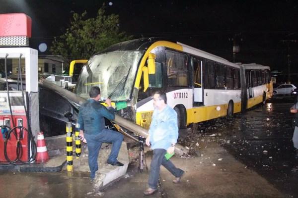 Ônibus invadiu pista contrária e bateu em dois carros — Foto: Rickardo Marques/G1 AM