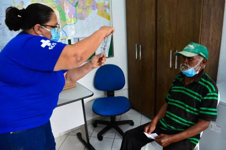 Idosos em situação de rua começaram a ser vacinados em Cuiabá — Foto: Prefeitura de Cuiabá