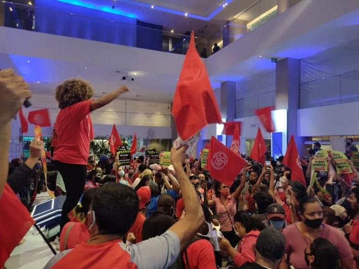 Movimentos sociais ocuparam prédio da B3, a Bolsa de Valores de SP, em protesto contra o desemprego e a fome — Foto: Vivi Reis/G1