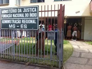 Os índios exigem a saída da chefe da Funai em Valadares, Etelvira Tureta (Foto: Diego Souza)