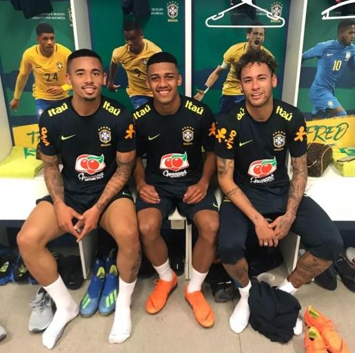 Brenner entre Gabriel Jesus e Neymar: atacante do São Paulo completou treinos da Seleção pré-Copa do Mundo — Foto: Arquivo pessoal