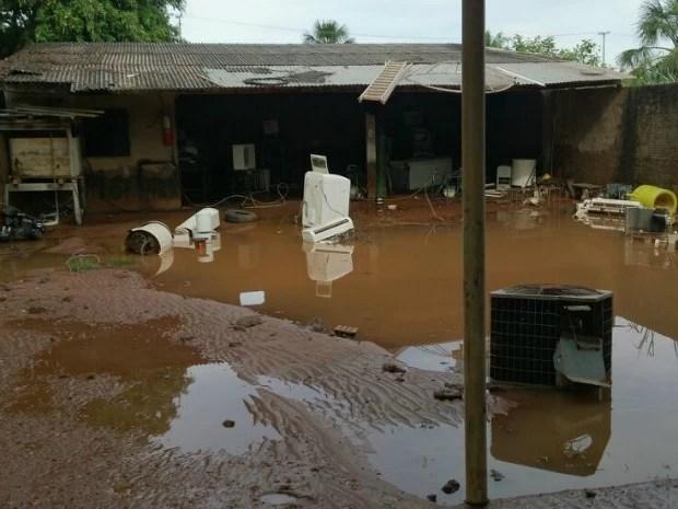 Comércio e casas foram invadidas pelas águas do Rio Areias, em Arenápolis. (Foto: Marcelo Souza / TVCA)