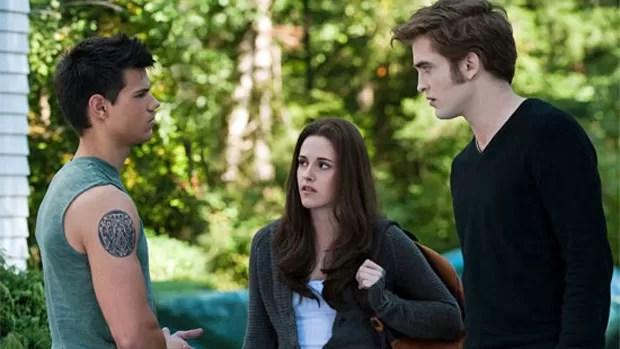 Bella Swan enfim está reunida a seu grande amor, Edward Cullen. Eles planejam se casar assim que chegar a formatura, o que marcará também a transformação de Bella em vampira. Apesar da vontade dela, Edward ainda é reticente em relação à transformação. Paralelamente, Jacob Black, apaixonado por Bella, decide lutar pelo seu amor. Só que a vida do trio está em perigo quando uma legião de vampiros começa a atacar.