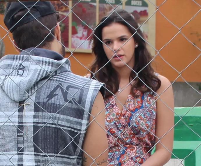 Mari procura Grego para falar sobre ameaça (Foto: Karen Fideles/Gshow)