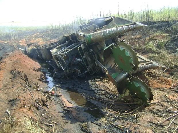 Acidente aconteceu em canavial na região de Mineiros do Tietê (Foto: Polícia Militar/Divulgação)