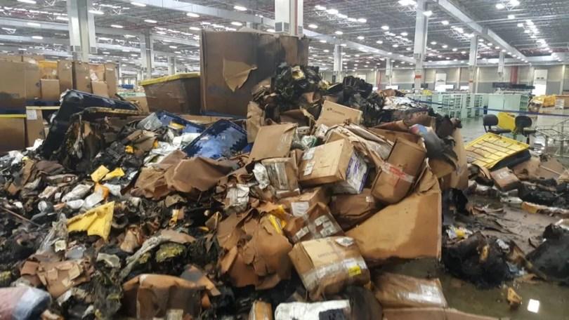 Incêndio provocou danos em central de distribuição dos Correios, em Indaiatuba (Foto: Carina Rocco / EPTV)