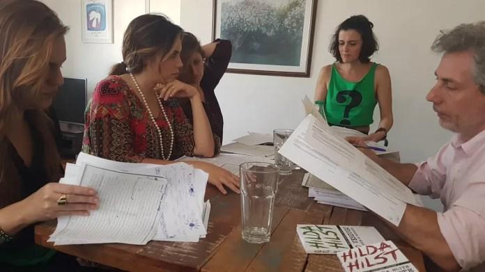 Grupo de atores durante ensaio para levar as cartas de Hilda Hilst ao teatro (Foto: Daniel Fuentes)