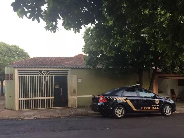 Agentes federais cumprem mandados em Rio Preto (Foto: Graciela Andrade/TV TEM)