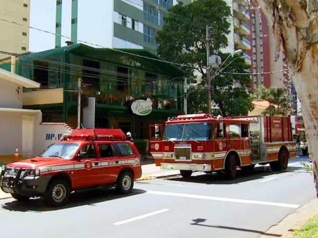 Bombeiros em frente ao prédio da Pizzaria Ritorno, em Campinas (Foto: Reprodução EPTV)