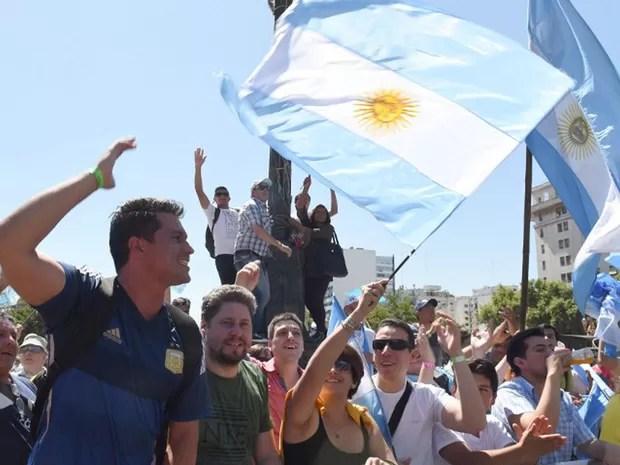 Partidários de Mauricio Macri aguardam cerimônia da posse em frente ao Congresso, em Buenos Aires, na Argentina, nesta quinta-feira (10) (Foto:  Pablo Porciuncula/AFP)