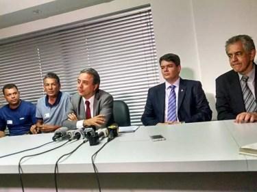 Representantes do GDF, dos rodoviários e das empresas de ônibus durante anúncio do fim da greve do transporte (Foto: Isabella Calzolari/G1)