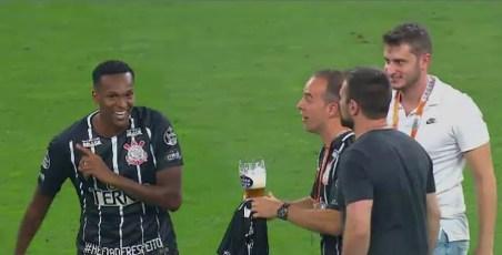 Jô recusa cerveja (Foto: Reprodução SporTV)