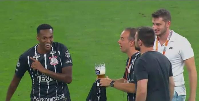 Jô recusa cerveja no gramado da Arena Corinthians (Foto: Reprodução SporTV)