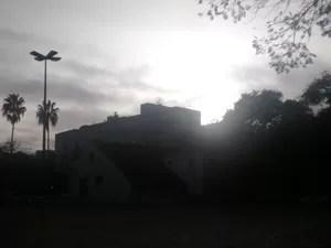 Céu de Porto Alegre amanheceu ensolarado, mas com nuvens que dão tom acizentado (Foto: Rafaella Fraga/G1)