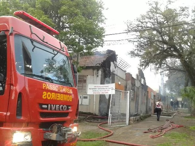 Quatro caminhões de bombeiros foram ao local do incêndio (Foto: Vanessa Felippe/RBS TV)