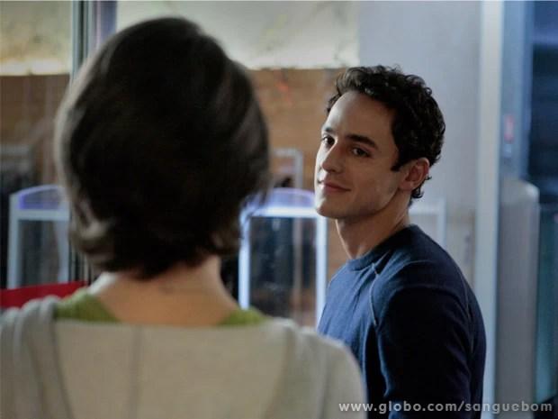 Caio vai até Giane em shopping e elogia a marrentinha (Foto: Sangue Bom/ TV Globo)