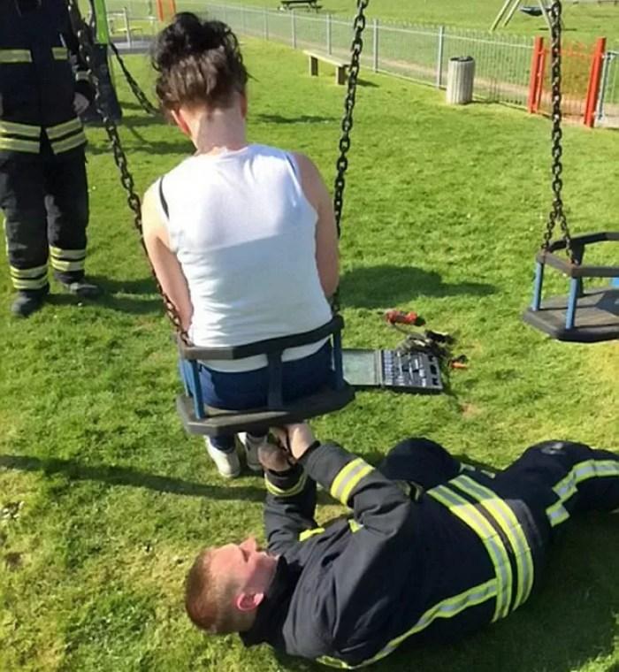 No ano passado, uma jovem de 18 anos também precisou da ajuda dos bombeiros  (Foto: Wiltshire Fire & Rescue Service)