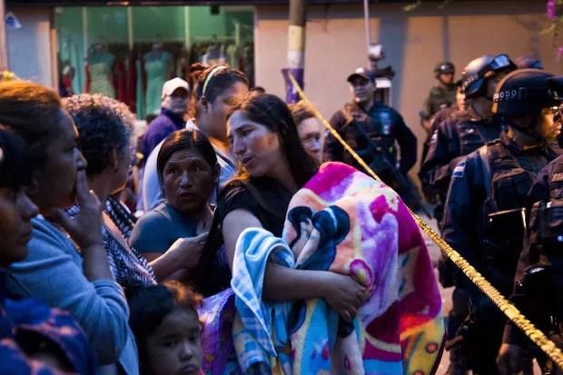 Mulheres com seus filhos aguardam informações do lado de fora do abrigo mexicano onde operação resgatou mais 450 crianças no México (Foto: Hector Guerrero/AFP)