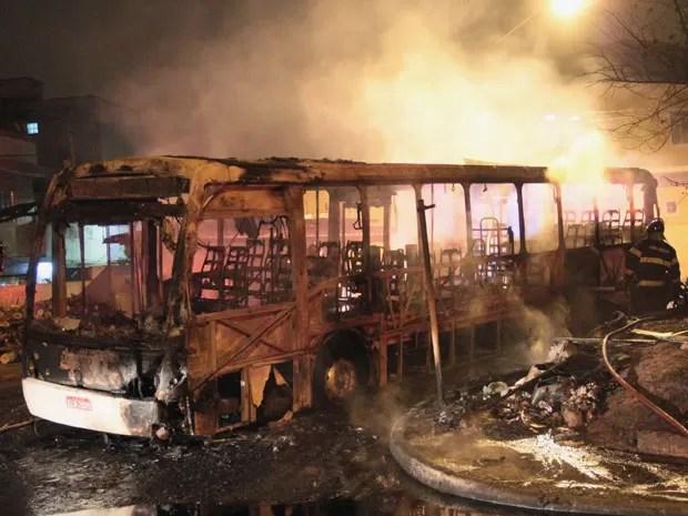 Ônibus foi incendiado na Zona Norte da capital paulista (Foto: Edison Temoteo/Estadão Conteúdo)