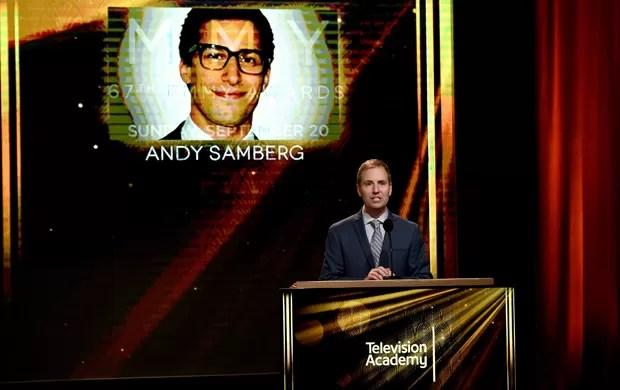 Presidente da academia do Emmy, Maury McIntyre, fala no evento de indicação do Emmy, e apresenta o anfitrião da cerimônia no telão, Andy Samberg (Foto: Kevin Winter / Getty / AFP)