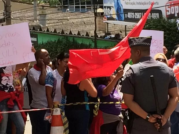 Grupo pró-Lula protesta em frente da casa do ex-presidente em São Bernardo do Campo (Foto: Tatiana Santiago/G1)