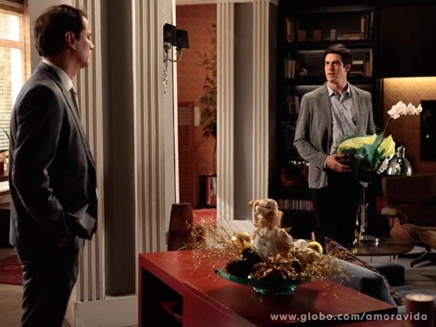 Félix não gosta de encontrar Eron na casa de Niko (Foto: Pedro Curi/ TV Globo)