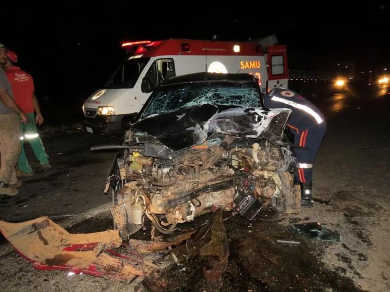 Com a colisão, os carros ficaram destruídos  — Foto: Foto: Edivaldo Braga