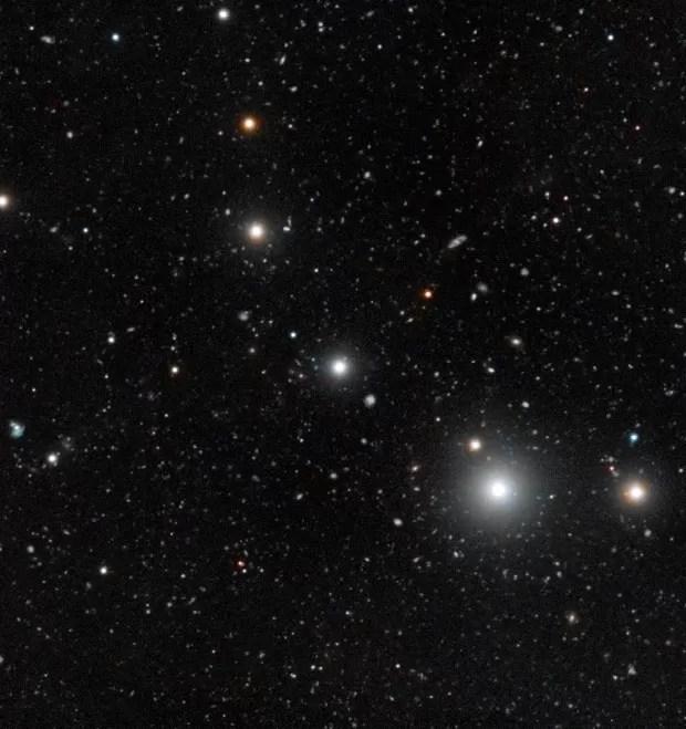 quasar HE 0109-3518 (Foto: ESO, Digitized Sky Survey 2 and S. Cantalupo (UCSC))