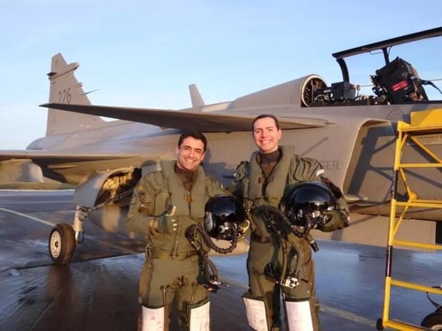 Capitães da FAB Fórneas e Pascotto fizeram primeiro voo solo de Gripen em janeiro de 2015 (Foto: FAB/Divulgação)
