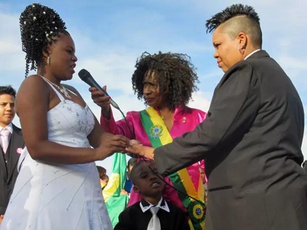 Casal troca alianças durante cerimônia coletiva em frente ao Congresso Nacional (Foto: Isabella Formiga/G1)