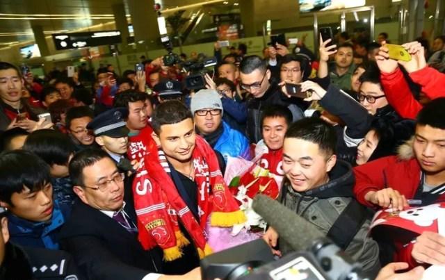 Elkeson chegada Xangai (Foto: Reprodução / Sina.com)