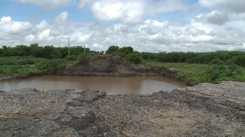 Ponte Rio Pequi foi demolida e moradores esperam há mais de um ano por reconstrução em Bodocó — Foto: Reprodução/ TV Grande Rio