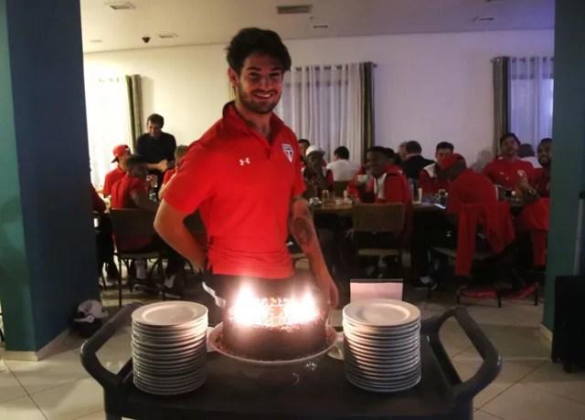 Alexandre Pato São Paulo bolo aniversário (Foto: Rubens Chiri/Site oficial do SPFC)
