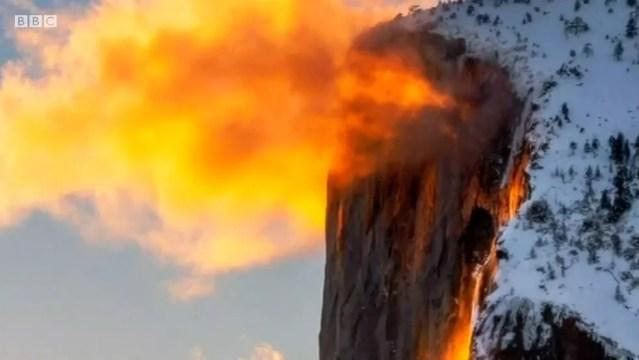 A 'cachoeira de fogo' acontece quando a luz do pôr do sol atinge a cachoreira de El Capitan — Foto: BBC