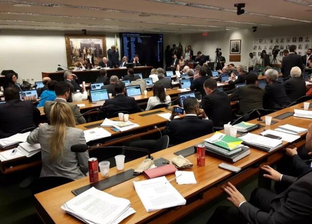 Imagem mostra os deputados da comissão da reforma política, durante a discussão do parecer de Vicente Cândido (PT-SP) (Foto: Fernanda Calgaro/G1)