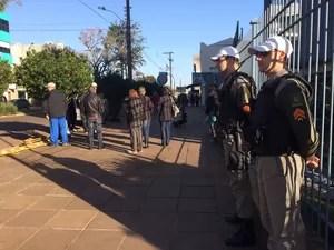 PMs reforçam a segurança do Fórum de Três Passos (Foto: Caetanno Freitas/G1)