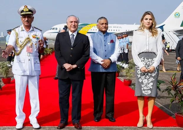 Temer e Marcela são recepcionados, na base aérea de Goa, pelo general Vilay Kumar Singh, ministro indiano para Assuntos Externos (Foto: Beto Barata/PR)