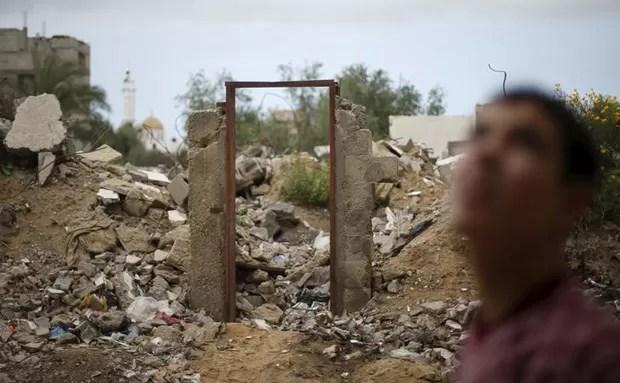 Resto da porta pintada por Banksy que foi vendida no norte de Gaza (Foto: REUTERS/Mohammed Salem)